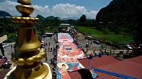 Ratusan umat berduyun-duyun untuk mengambil bagian dalam 'ritual sunning Buddha' bagian dari perayaan Waisak, Myanmar, Selasa (13/05/2014) (AFP Photo/Manan Vatsyayana)