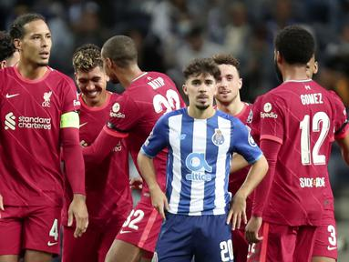 Liverpool sukses mendulang 3 poin dalam lawatannya ke kandang Porto usai menang 5-1 dalam laga matchday kedua Liga Champions 2021/2022, Selasa (28/9/2021). Lima gol The Reds disumbangkan brace Mohamed Salah dan Roberto Firmino ditambah satu gol Sadio Mane. (AP/Luis Vieira)