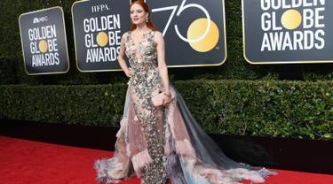Model asal Jerman, Barbara Meier berpose di karpet merah Golden Globe Awards 2018 di California, Minggu (7/1). Barbara Meier menjadi salah satu seleb yang datang tanpa pin Time's Up atau mengenakan pakaian yang semuanya berwarna hitam. (VALERIE MACON/AFP)