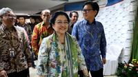 """Presiden ke-5 Megawati Soekarnoputri saat tiba menghadiri Dialog Nasional di gedung BPPT, Jakarta, Rabu (9/5). Dialog ini bertema """"Meningkatkan Inovasi Iptek untuk Mendorong Industri Dalam Negeri Mewujudkan Ekonomi Pancasila"""". (Liputan6.com/JohanTallo)"""