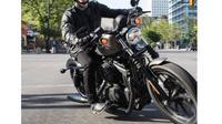 Hindari kebiasaan menaruh jari di handle rem depan saat berkendara motor gede (Harley-Davidson)