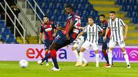 Pemain Crotone, Simy Nwankwko, mencetak gol lewat tendangan penalti ke gawang Juventus pada laga Liga Italia di Stadion Ezio Scida, Minggu (18/10/2020). Kedua tim bermain imbang 0-0. (Francesco Mazzitello/LaPresse via AP)