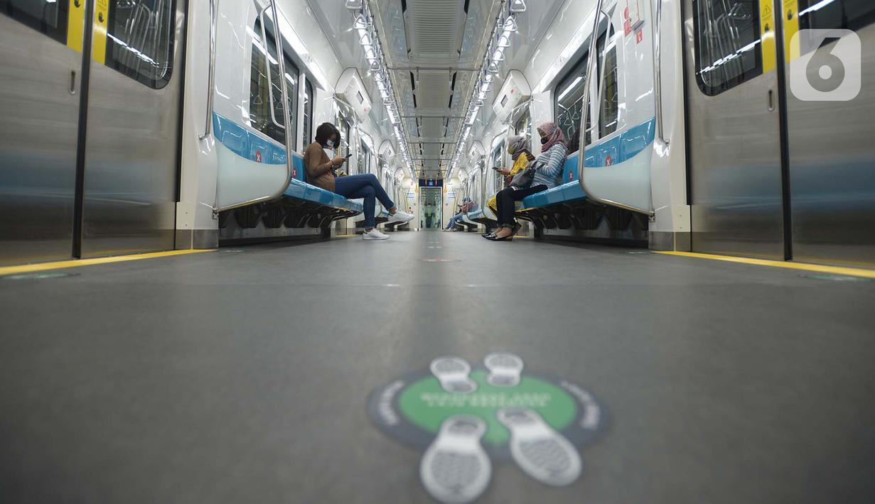 Penumpang berada di dalam kereta Moda Raya Terpadu (MRT) di Jakarta, Rabu (14/10/2020). Setelah menghentikan layanan operasional karena unjuk rasa, PT MRT Jakarta pada hari ini, Rabu (13/10), kembali beroperasi secara normal. (merdeka.com/Imam Buhori)