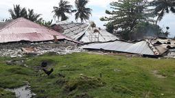 Kawanan ayam berkeliaran di depan rumah-rumah yang rusak akibat gempa di Ambon, Maluku, Jumat (27/9/2019). BNPB menyebut korban meninggal akibat gempa magnitudo 6,5 yang mengguncang Maluku pada Kamis 26 September 2019 sebanyak 23 orang. (HO/BADAN NASIONAL PENANGGULANGAN BENCANA/AFP)