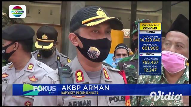 Ada empat orang warga Desa Rowogempol, Kecamatan Lekok, Pasuruan, masing-masing berinisal AM, FR, MS, dan RK, menjalani pemeriksan polisi usai ditangkap. keempat pelaku diduga kuat menjadi dalang kericuhan saat pemakaman seorang pasien Covid-19.