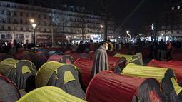 Tenda-tenda yang didirikan para migran di Republic square, pusat kota Paris, pada Kamis (25/3/2021). Hampir 400 tenda didirikan di alun-aun tersebut untuk menarik perhatian atas kondisi kehidupan mereka dan menuntut akomodasi. (AP Photo/Rafael Yaghobzadeh)