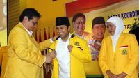 Wakil Gubernur Jawa Timur terpilih Emil Dardak bersama Ketua Umum Partai Golkar Airlangga Hartarto. (Istimewa)