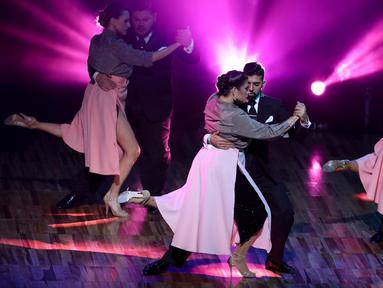 Pasangan penari Tango dari tuan rumah Argentina menunjukkan aksi kebolehannya saat bersaing di Kejuaraan Dunia Tari Tango di Luna Park, Bueno Aires, Argentina (AP Photo/Natacha Pisarenko)