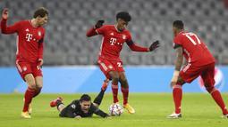 Gelandang Bayern Munchen, Kingsley Coman, berebut bola dengan gelandang RB Salzburg, Zlatko Junuzovic, pada laga lanjutan Grup A Liga Champions di Allianz Arena, Kamis (26/11/2020) dini hari WIB. Bayern Munchen menang 3-1 atas RB Salzburg. (AP Photo/Matthias Schrader)