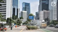 Kendaraan petugas PMI menyemprotkan disinfektan di kawasan Sudirman, Jakarta, Selasa (1/9/2020). Gubernur DKI Jakarta Anies Baswedan mengeluarkan Kepgub Nomor 879 Tahun 2020 yang berisi aturan perpanjangan PSBB Transisi secara otomatis dengan syarat tertentu. (merdeka.com/Iqbal S. Nugroho)