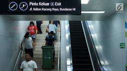 Penumpang menuruni tangga di Stasiun MRT Bundaran HI, Jakarta, Jumat (24/5/2019). Transportasi massal MRT mulai beroperasi penuh kembali pascaaksi aksi 22 Mei menolak hasil Pemilu 2019 yang terjadi di Gedung Bawaslu beberapa hari terakhir. (Liputan6.com/Immanuel Antonius)