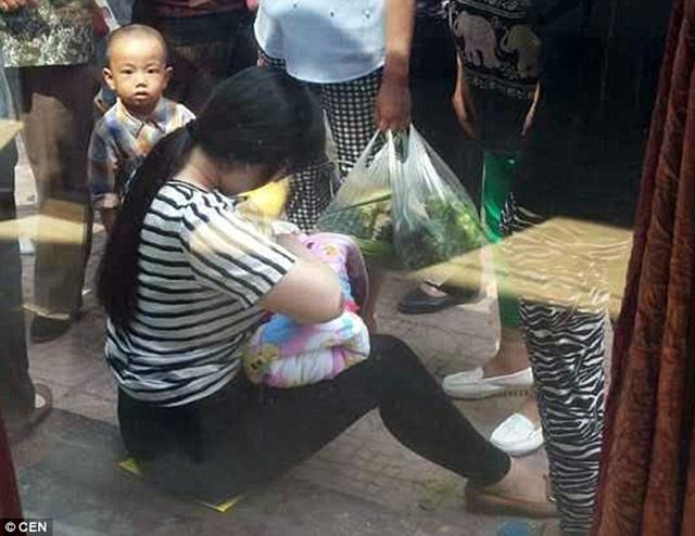Ibu muda menyelamatkan bayi yang dibuang dengan menyusuinya   Photo: Copyright dailymail.co.uk
