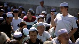 Seorang pria muslim Cina mengambil gambar selama pelaksanaan salat Idul Fitri di masjid Niujie, Beijing, 26 Juni 2017. Umat muslim di berbagai penjuru dunia merayakan Idul Fitri, yang menandai berakhirnya bulan suci Ramadan. (AP Photo/Mark Schiefelbein)