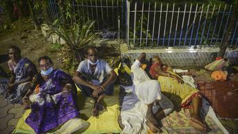 FOTO: Berburu Vaksinasi Covid-19, Warga India Rela Bermalam di Depan Rumah Sakit