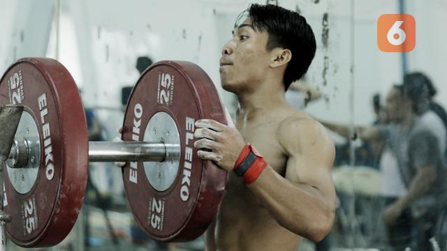 Atlet angkat besi, Deni, saat latihan di Pelatnas angkat besi, Jakarta, Rabu (21/3/2018). Latihan tersebut untuk persiapan Asian Games 2018. (Bola.com/M Iqbal Ichsan)