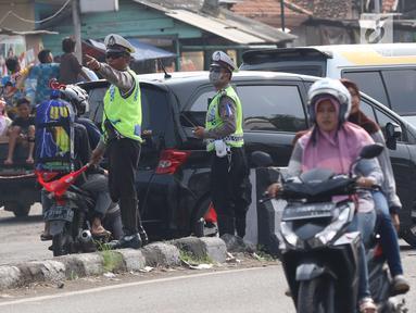 Sejumlah aparat kepolisian Polres Cirebon Pantura saat mengatur lalu lintas di Pos Palimanan Cirebon, Jawa Barat, Jumat (30/6). (Liputan6.com/Helmi Afandi)