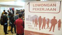 Pencari kerja mencari lowongan pekerjaan saat Talent Fest dan Bursa Kerja Nasional 2019 di JI-EXPO, Kemayoran, Jakarta, Jumat (23/2). Ajang yang digelar Kementerian Ketenagakerjaan ini berlangsung dua hari, 22-23 Maret 2019. (Liputan6.com/Angga Yuniar)
