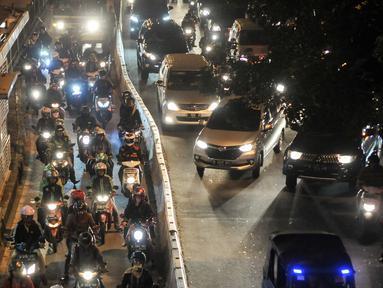 Pengguna motor menerobos jalur Transjakarta di kawasan Manggarai, Jakarta, Senin (1/8).Sebelumnya, Pemprov DKI Jakarta menyatakan komitmennya untuk terus melakukan sterilisasi jalur bus Transjakarta. (Liputan6.com/Yoppy Renato)
