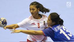 Pemain bola tangan putri Indonesia, M Shinta Hidayatuzzaroh (kiri) berebut bola dengan bek Thailand, Siriyaporn Boonnet pada babak penyisihan grup B Asian Games 2018 di Jakarta, Kamis (16/8). Indonesia kalah 16-34. (Liputan6.com/Helmi Fithriansyah)