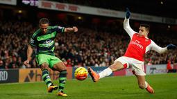 Gelandang Swansea City, Wayne Routledge (kiri) berusaha mengumpan bola dari kawalan penyerang Arsenal, Alexis Sanchez pada lanjutan liga Inggris di Stadion Emirates (2/3). Swansea menang atas Arsenal dengan skor 2-1. (Reuters/John Sibley)