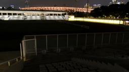 Tanda-tanda laga uji coba itu batal terlihat dari lampu Stadion Madya yang padam kurang dari satu jam sebelum kick-off. (Foto: Bola.com/M. Iqbal Ichsan)