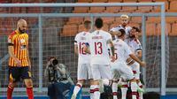 Pemain AC Milan Samu Castillejo bersama rekan-rekannya merayakan golnya ke gawang Lecce dalam lanjutan Liga Italia di Stadion Via del Mare, Selasa (23/6/2020) dini hari WIB. (Donato Fasano / LaPresse via AP )