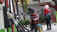 Pengendara mengisi BBM di SPBU Jakarta, Minggu (10/2). Hari ini BBM kembali diturunkan Pertamina adapun penurunan harga BBM ini, untuk wilayah Jabodetabek, harga Pertamax Turbo diturunkan dari Rp 12.000 jadi Rp 11.200 per liter.(Liputan6.com/AnggaYuniar)