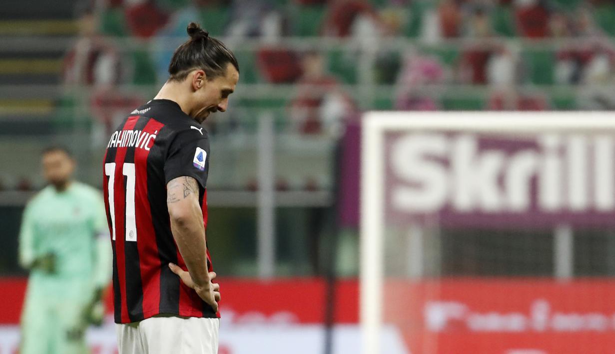 Penyerang AC Milan, Zlatan Ibrahimovic tertunduk saat bertanding melawan Atalanta pada pertandingan lanjutan Liga Serie A Italia di Stadion San Siro, Minggu (24/1/2021). AC Milan tumbang atas Atalanta dengan skor telak 0-3. (AP Photo/Antonio Calanni)