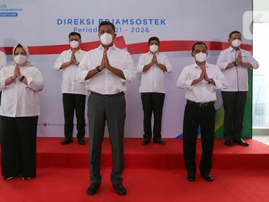 Direktur Utama BP Jamsostek Anggoro Eko Cahyo (tengah) bersama jajaran Direksi saat perkenalan direksi periode 2021-2026 di Plaza BP Jamsostek, Jakarta, Selasa (23/2/2021). Jajaran direksi berharap formasi yang ada saat ini dapat meningkatkan kinerja BPJS Ketenagakerjaan. (Liputan6.com/Fery Pradolo)