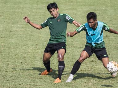 Pemain Timnas Indonesia U-19, Saddil Ramdani, berebut bola dengan Firza Andika saat latihan di Lapangan ABC Senayan, Jakarta, Selasa (18/9/2018). Latihan ini merupakan persiapan jelang Piala AFC U-19. (Bola.com/Vitalis Yogi Trisna)