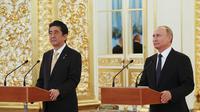 PM Jepang Shinzo Abe dan Presiden Rusia Vladimir Putin bertemu pada hari Sabtu, 26 Mei 2018  (Grigory Dukor/Pool Photo via AP)