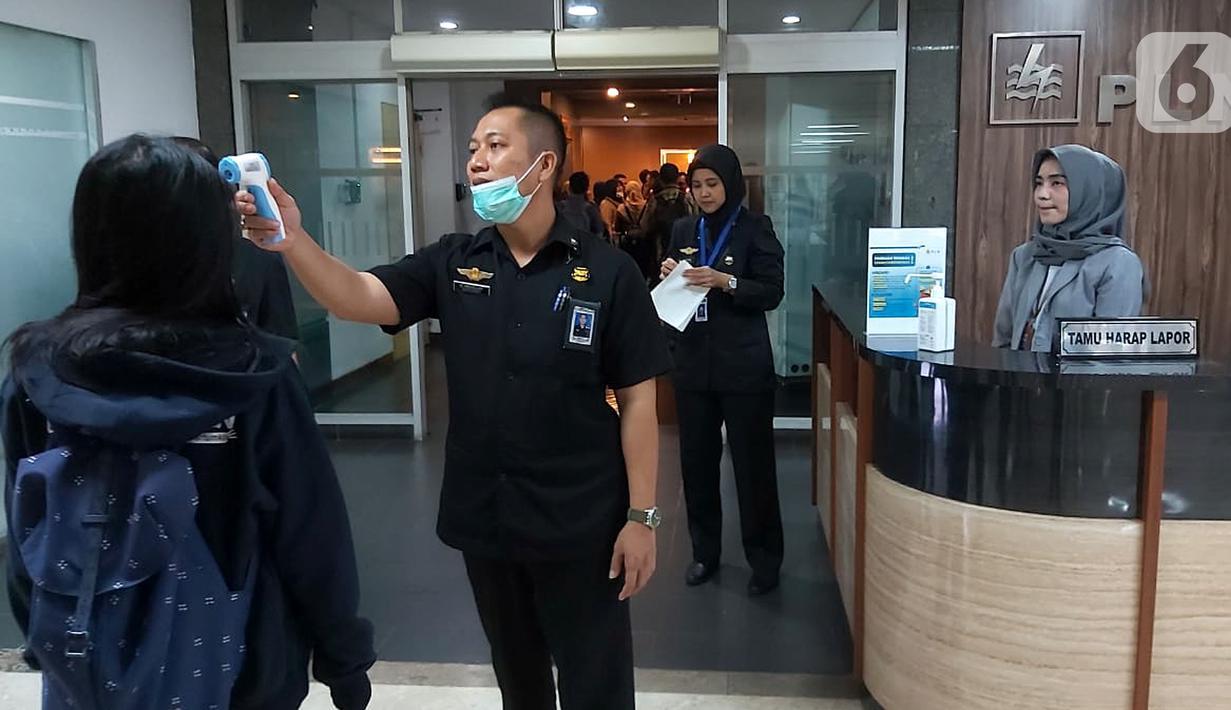 Petugas mengecek suhu pegawai atau tamu yang akan masuk di lingkungan kantor PLN Jakarta, Kamis (05/3/2020). PLN melakukan langkah preventif terhadap upaya pencegahan penyebaran virus corona dengan pemberlakuan standar kesiagaan khusus bagi semua pegawai. (Liputan6.com/Pool/PLN)