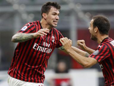 Pemain AC Milan, Alessio Romagnoli dan Giacomo Bonaventura, merayakan gol ke gawang Parma pada laga Serie A di Stadion San Siro, Rabu (15/7/2020). AC Milan menang 3-1 atas Parma. (AP Photo/Luca Bruno)