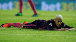 Bintang Barcelona, Neymar, tampak kecewa usai takluk dari Celta Vigo. Kekalahan ini membuat Barcelona turun ke peringkat empat klasemen La Liga. (Reuters/Miguel Vidal)