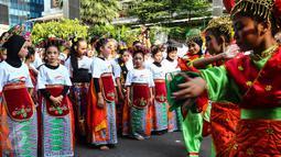 Peserta flashmob tengah bersiap membawakan tarian tradisional di kawasan Senayan Jakarta, Minggu (21/8). Anak-anak hingga orang dewasa antusias mengikuti kegiatan yang digagas Yayasan Belantara Budaya Indonesia. (Liputan6.com/Fery Pradolo)