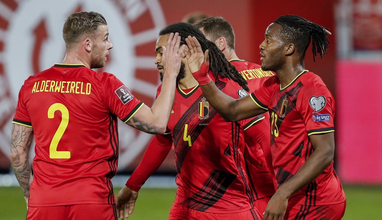 Striker Belgia, Michy Batshuayi (kanan) bersama rekan merayakan gol pertama Belgia yang dicetaknya ke gawang Belarusia dalam laga Kualifikasi Piala Dunia 2022 Zona Eropa Grup E di King Power Stadium, Belgia, Selasa (30/3/2021). Belgia menang 8-0 atas Belarusia. (AP/Francisco Seco)