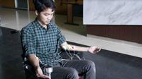 Mahasiswa ITS Surabaya I Wayan Nudra Bajantika Pradivta merancang kursi roda elektronik dengan pengembangan kontrol pada bagian otot tangan. (Foto:Liputan6.com/Dian Kurniawan)