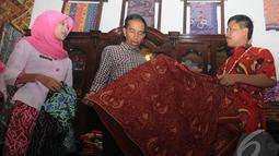 Jokowi sedang melihat sekaligus mengecek kualitas kain batik yang akan dibelinya, Cirebon, Jawa Barat , Rabu (18/6/2014) (Liputan6.com/Herman Zakharia).