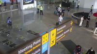 Penumpang tiruan berjalan sat latihan pembukaan kembali Bandara Internasional Ngurah Rai di Bali, Sabtu (9/10/2021). Bandara Internasional Ngurah Rai akan kembali dibuka setelah ditutup lebih dari setahun karena pandemi COVID-19. (AP Photo/Firdia Lisnawati)