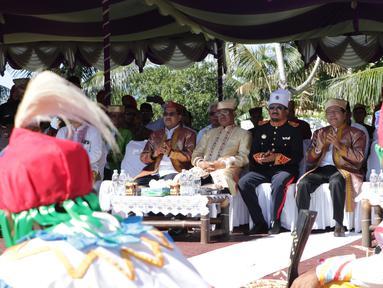 Tokoh nasional Rizal Ramli didampingi Sultan Tidore Husain Syah menyaksikan tarian tradisional pada HUT ke 910 Kota Tidore di Kesultanan Tidore, Sulawesi Utara, Kamis (12/4). Rizal Ramli mendapatkan gelar kehormatan Ngofa Tidore. (Liputan6.com/Pool/Ardi)