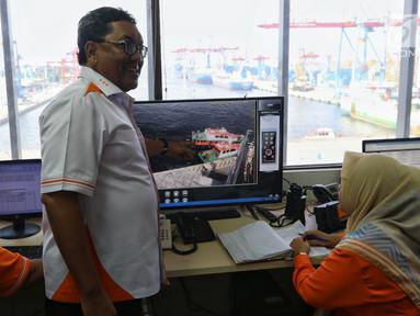 Direktur Operasi dan Sistem Informasi IPC atau PT Pelindo II Prasetyadi menjelaskan sistem penerapan aplikasi Marine Opreating System (MOS) pelayanan kapal pandu atau tunda di Pelabuhan Tanjung Priok, Jakarta, Selasa (12/2). (Liputan6.com/Johan Tallo)