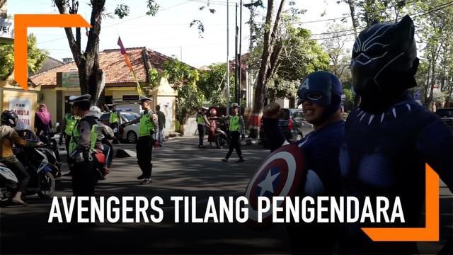 Sejumlah polisi berpakaian ala tokoh Avengers turun ke jalan dan melakukan razia lalu lintas di Grobogan, Jawa Tengah.