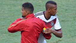 Pemain Jerman, Jerome Boateng dan saudaranya Kevin-Prince Boateng yang membela timnas Ghana. Saudara beda benua ini merupakan salah satu pesepak bola terkenal di dunia. (EMMANUEL DUNAND / AFP)
