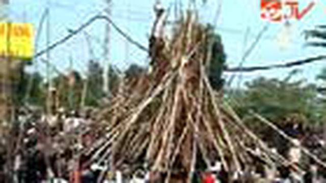 Ratusan warga Desa Munggu, Mengwi, Kabupaten Badung, Bali, menggelar tradisi perang tombak kayu atau makotek untuk memperingati kemenangan Raja Mengwi.