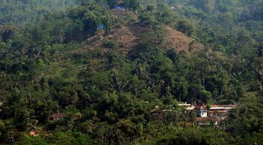 Situs megalitikum Gunung Padang dilihat dari bukit batu di Kampung Cimanggu, Cianjur, Jawa Barat, (20/9/2014). (Liputan6.com/Helmi Fithriansyah)