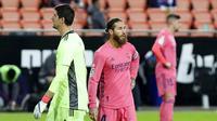 Para pemain Real Madrid tampak kecewa usai ditaklukkan Valencia pada laga Liga Spanyol di Stadion Mestalla, Minggu (8/11/2020). Valencia menang dengan skor 4-1. (AP/Alberto Saiz)