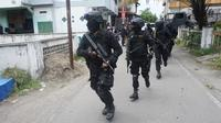Densus 88 Antiteror Mabes Polri menggeledah rumah mertua terduga teroris Bekasi, di Ledoksari RT 8 RW 10 Pajang, Laweyan, Solo. (Fajar Abrori/Liputan6.com)