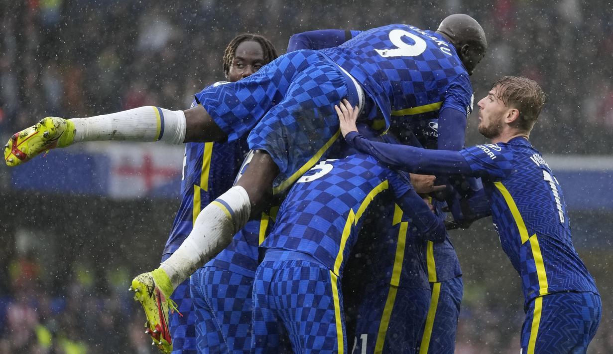 Chelsea sukses menumbangkan Southampton 3-1 dalam laga pekan ke-7 Liga Inggris 2021/2022 di Stamford Bridge, Sabtu (2/10/2021). Dengan mengoleksi 16 poin, Chelsea sukses menggusur Liverpool, yang belum bermain, dari puncak klasemen sementara. (AP/Kirsty Wigglesworth)