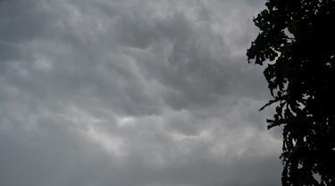 Foto diduga awan cumulonimbus, awan yang bisa memicu hujan lebat disertai puting beliung. (Foto: Liputan6.com/Muhamad Ridlo).
