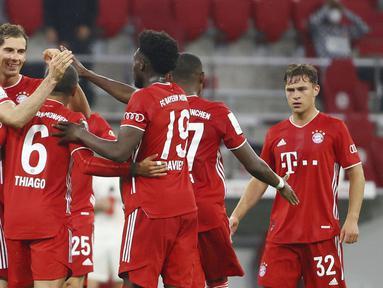 Para pemain Bayern Munchen merayakan gol yang dicetak oleh Robert Lewandowski ke gawang Eintracht Frankfurt pada laga Piala Jerman di Allianz Arena, Rabu (10/6/2020). Bayern Munchen menang 2-1 atas Eintracht Frankfurt. (AP/Kai Pfaffenbach)